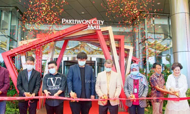 Kargoku - PT Pakuwon Jati Tbk (IDX: PWON) - Pakuwon Jati adalah perusahaan publik yang bergerak dalam bodang real estate dan bermarkas di Surabaya, Jawa Timur Indonesia. Perusahaan ini berdiri sejak tahun 1982 dan terdaftar pada Bursa Efek Jakarta sejak tahun 1988.